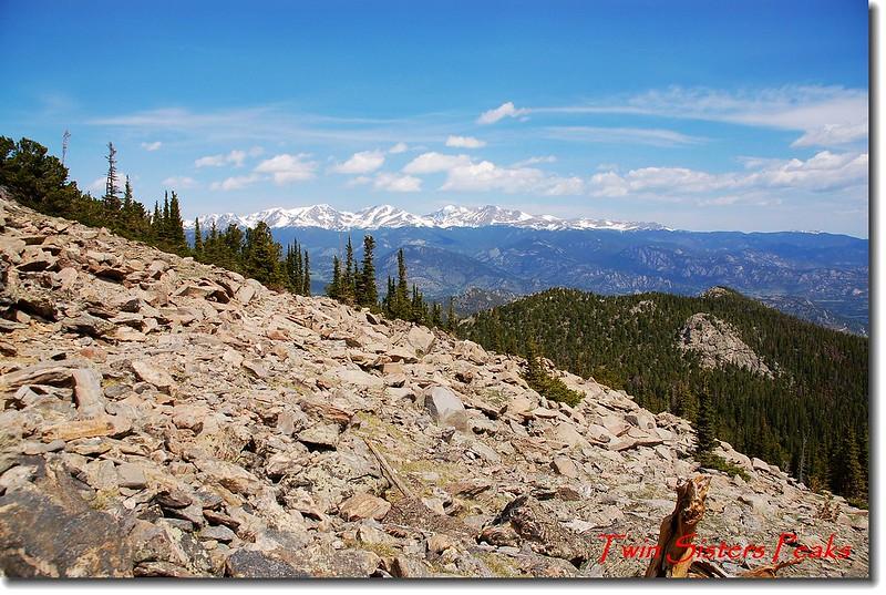 出森林線之岩石坡(背景為Mummy Range )