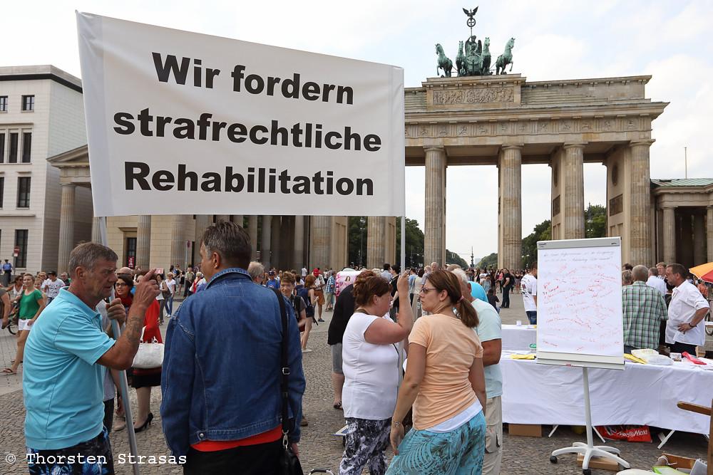 Opfer von Zwangsadoptionen in der DDR protestieren in Berlin