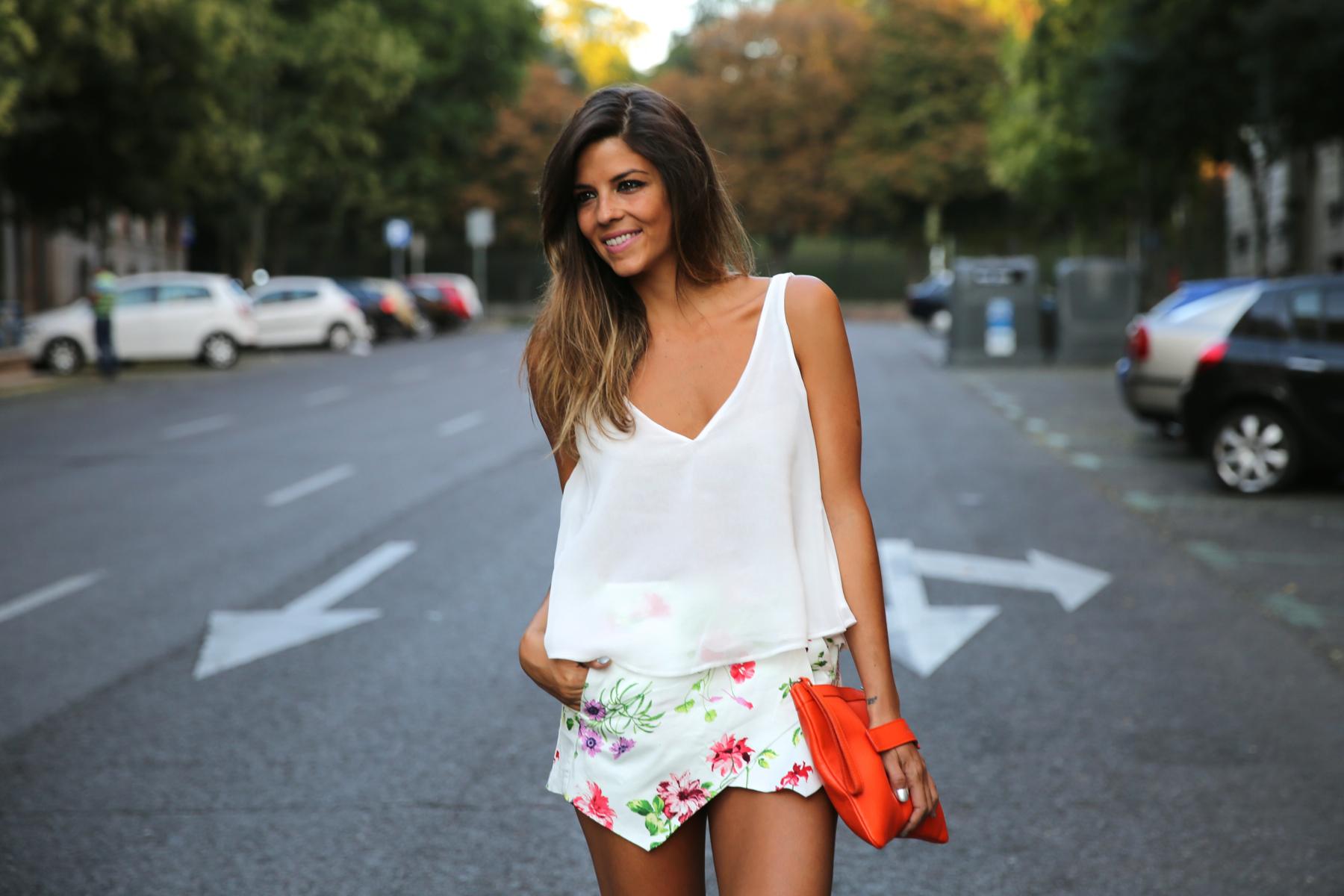 trendy_taste-look-outfit-street_style-ootd-blog-blogger-fashion_spain-moda_españa-sandalias_plateadas-silver_sandals-flower_print-falda_flores-top_blanco-4