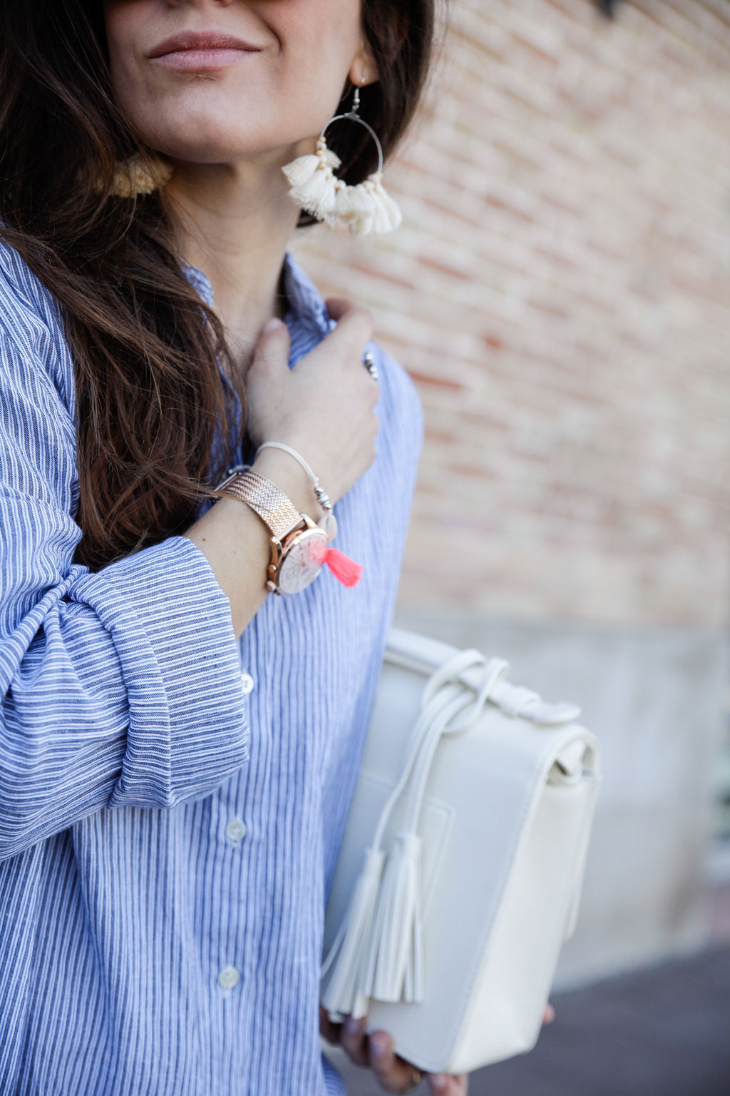 08_camisa_de_rayas_azules_para_primavera_estilo_sincerely_jules_theguestgirl_influencer_barcelona_the_guest_girl_laura_santolaria_fashion_blogger_content_creator_perpex_shoes