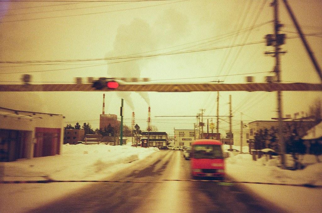郵便車 旭川 Asahikawa, Japan / Redscale / Lomo LC-A+ 窗外的景色快速通過,心情也越來越緊張,因為過了旭川後就是一個新的冒險旅程。  快速按下一張,被我抓到的郵便車!  Lomo LC-A+ Lomography Redscale XR 50-200 35mm 0399-0014 2017-01-22 ISO100 Photo by Toomore