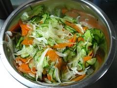 野菜は薄切りにし、塩でもみます