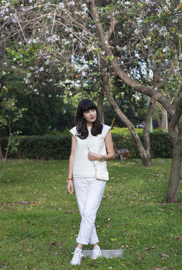 all white outfit, converse sneakers, allstars, אולסטאר, ג'ינס לבן, תיק לבן, אפונה בלוג אופנה