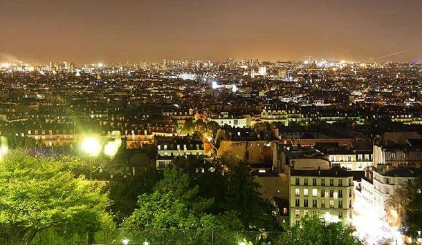 法國巴黎向來是觀光客朝聖之都,該市以璀璨夜景迎接旅客。不過隨著節能共識轉強,知名景點、路燈已提前熄燈。