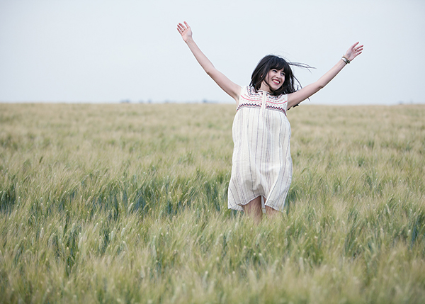 בלוג אופנה, חג שבועות, שדה חיטה, jumping in a field of gold, barley field, fashion blogger