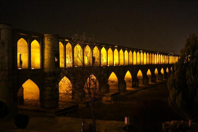 Siose Bridge at night, Isfahan イスファハン、夜のスィー・オ・セ橋