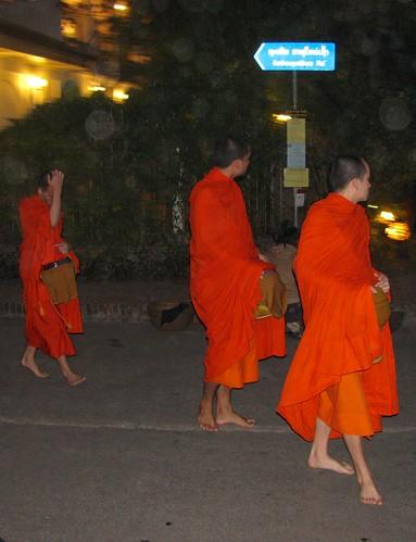 Monjes en las calles de Luang Praban