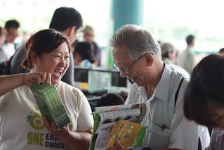 環資發展整合部主任炳燕正與民眾介紹環資