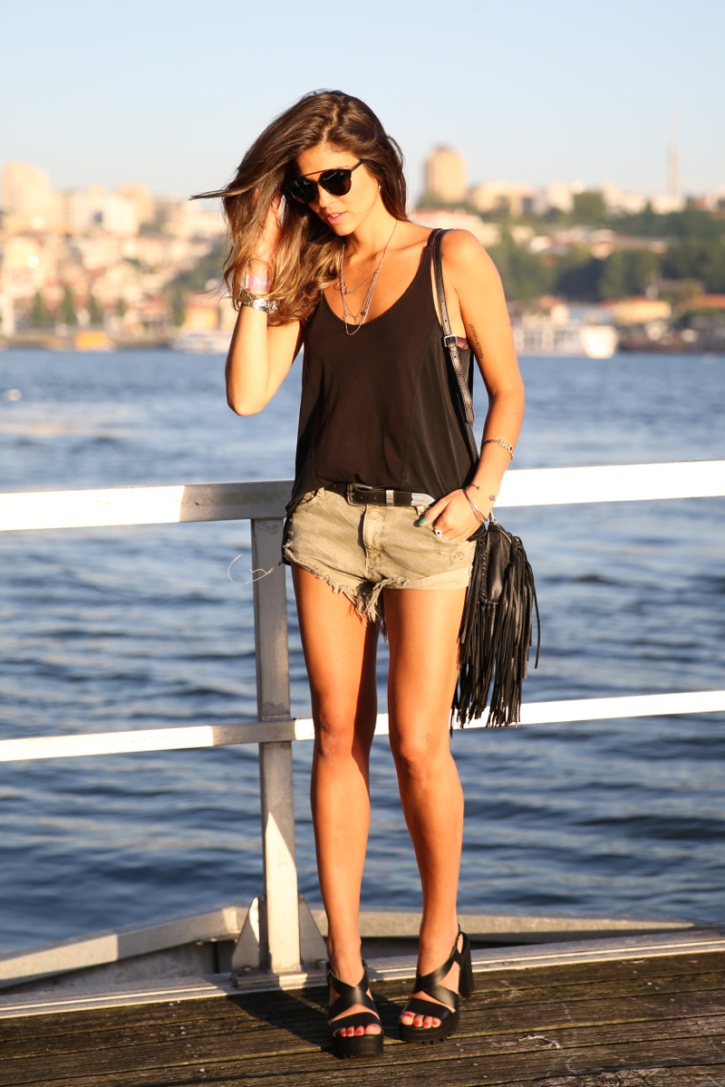 trendy_taste-look-outfit-street_style-ootd-blog-blogger-fashion_spain-moda_españa-salsa_jeans-dior_gafas-bolso_flecos-fringes_bag-khaki_shorts-shorts_caqui-grey_tee-camiseta_gris-verano-porto-portugal-11
