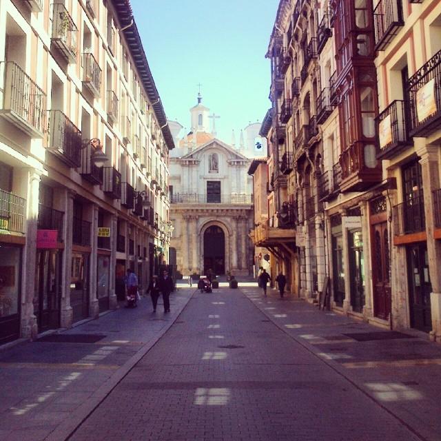 La calle Platerias una mañana de domingo, silenciosa y tranquila, perfecta para un paseo para despejarse de la rutina diaria #Valladolid #igersvalladolid #pucelaproject #street #urban #city