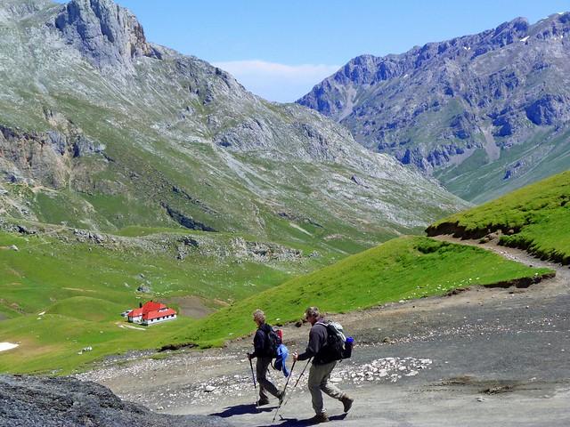 Senderistas en Picos de Europa camino al hotel refugio El Áliva (Cantabria)