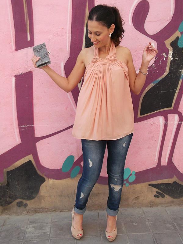 top rosa empolvado, escote halter, jeans rotos, unos peep toes rosa palo, coleta desenfadada, Pale pink top, halter neckline, ripped jeans, pale pink peep toes, casual ponytail, Zara, Berskha, Swarovski, Prada