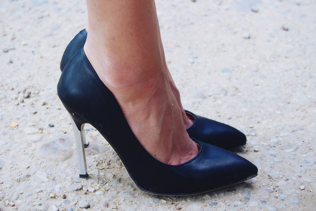 black-shoes-with-silver-heel