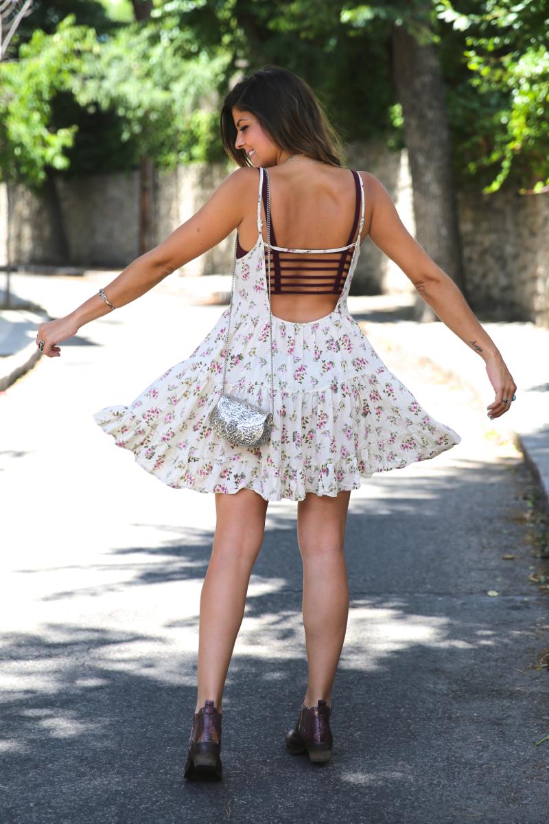 trendy_taste-look-outfit-street_style-ootd-blog-blogger-fashion_spain-moda_españa-vince_camuto-botines_granates-burgundy_booties-flower_print-estampado_flores-silver_bag-bolso_plata-estampado_flores-boho-top-9