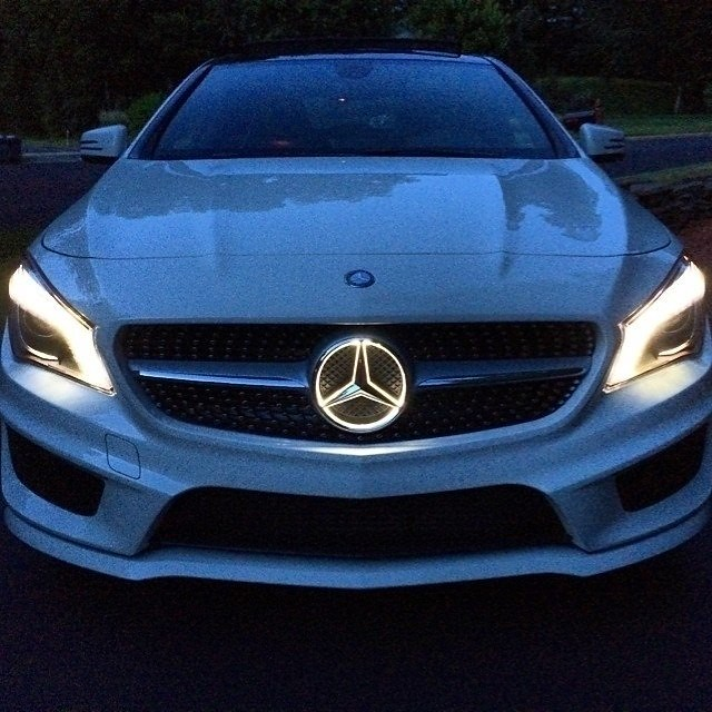 Light up the night with the cla 39 s illuminated star for Mercedes benz illuminated star
