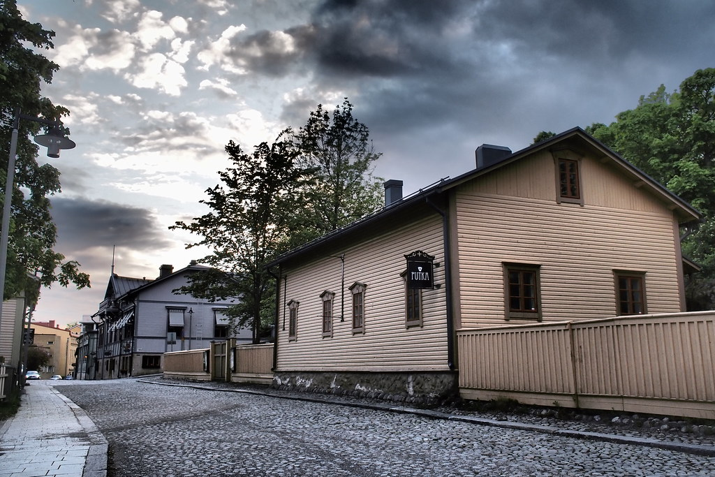 Mies ja kamera Savonlinnan kesäillassa