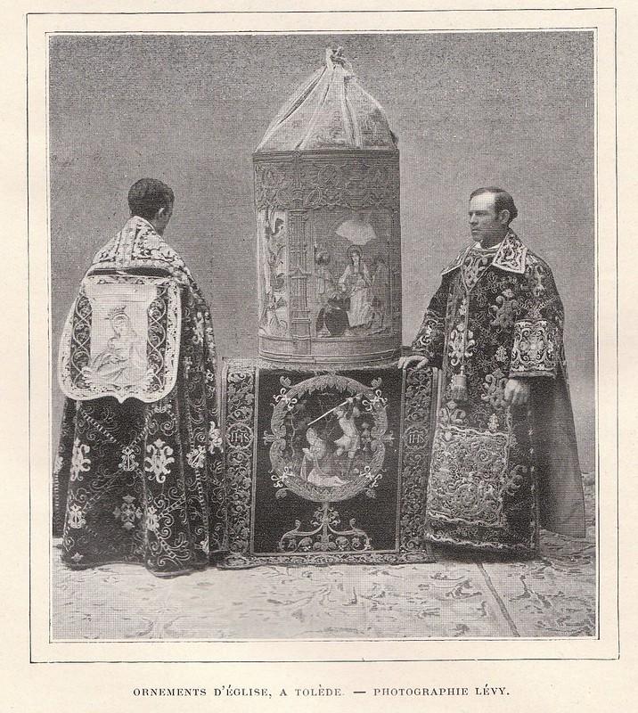 Personal del cabildo con capas pluviales y cruz procesional hacia 1895. Atribuida a Lévy pero probablemente tomada por Alguacil. Publicada en De Tolède a Grenade por Jane Dieulafoy  para Le Tour du Monde en 1905