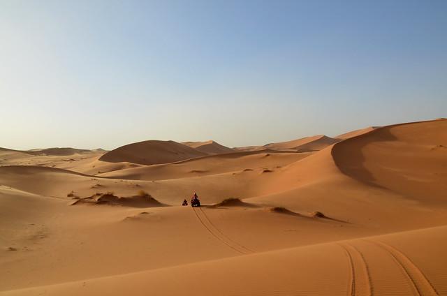 Atravesando en quad una ruta por las dunas de Merzouga