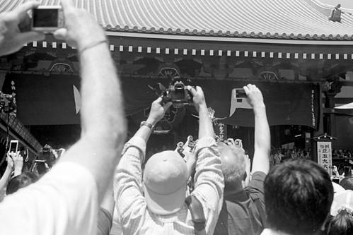 手を伸ばすカメラマン