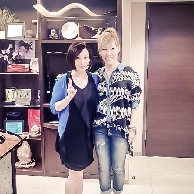 Sun Ho & celebrity DJ Rosita Chu are the best of friends … since her debut pop album in 2002!  耀珊和藝人好朋友朱衛茵……她們的友誼就從她2002發行首張流行專輯開始!