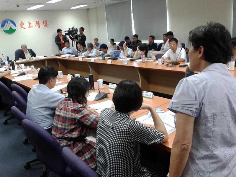 台灣水資源保育聯盟發言人陳椒華發現,環評資料中VOC削減量的計算不實,有偽造文書嫌疑。攝影:郭琇真。
