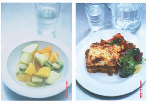 奧利佛為英國小學食堂設計的一日菜色,包含千層麵、時蔬與水果沙拉,看起來是不是就像到餐廳用餐一樣呢?圖片來源:Feed Me Better School Dinners Pack。
