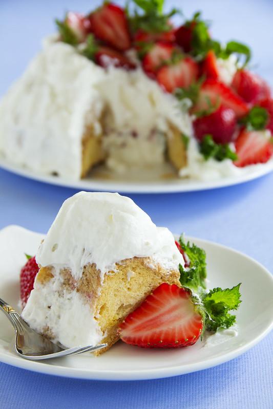 "Sponge cake ""Angel Food"" with strawberries and cream."