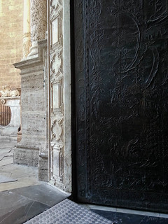 Billede af Almoina. door church valencia architecture buildings spain cathedral entrance carving walls cosmostour basillca tourtoeuropeinseptnov2012 metropolitancathedral–basilica