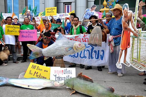 中國的鄰居們——柬埔寨、緬甸和越南等湄公河下游的國家停止建壩的呼聲此起彼落。
