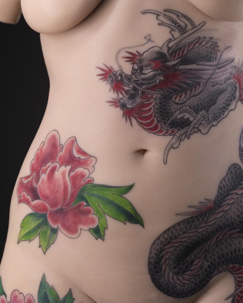 Motif de tatouage sur un buste féminin