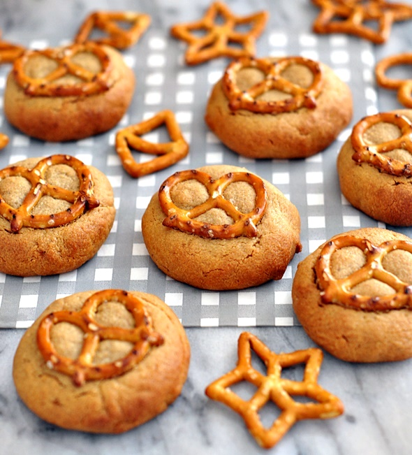 4 Ingredients Peanut Butter & Pretzel Cookies | www.fussfreecooking.com