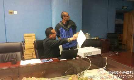 觀察團隊友向三江源辦公室交流觀察團調研總結的建議書。(圖片來源:林吉洋)