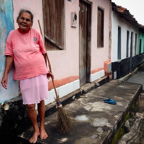 Dona Anésia #anésia #anesia #anciã #cãs #vasoura #proza #lirismo #simplicidade #vassoura #vasourinha #aiquara #bahia #brasil #rosa #pink #itabuna