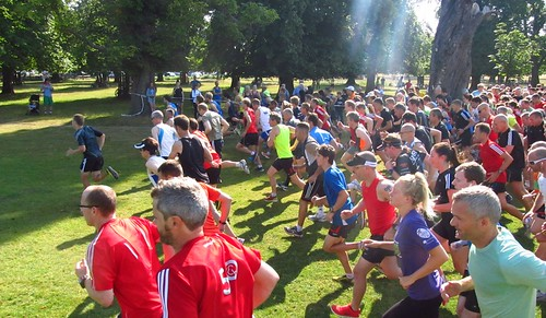 Runners set off on Bushy parkrun #528