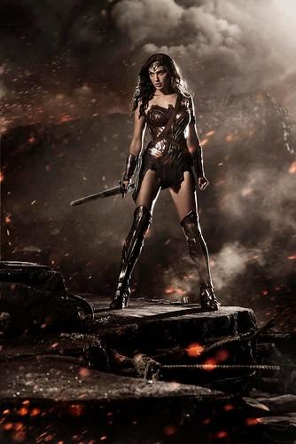 140728(1) - 蓋兒·加朵(Gal Gadot)『神力女超人』握劍瞪視、2016年電影《BATMAN v SUPERMAN: DAWN OF JUSTICE》(蝙蝠俠對超人:正義曙光)公開SDCC海報! 2