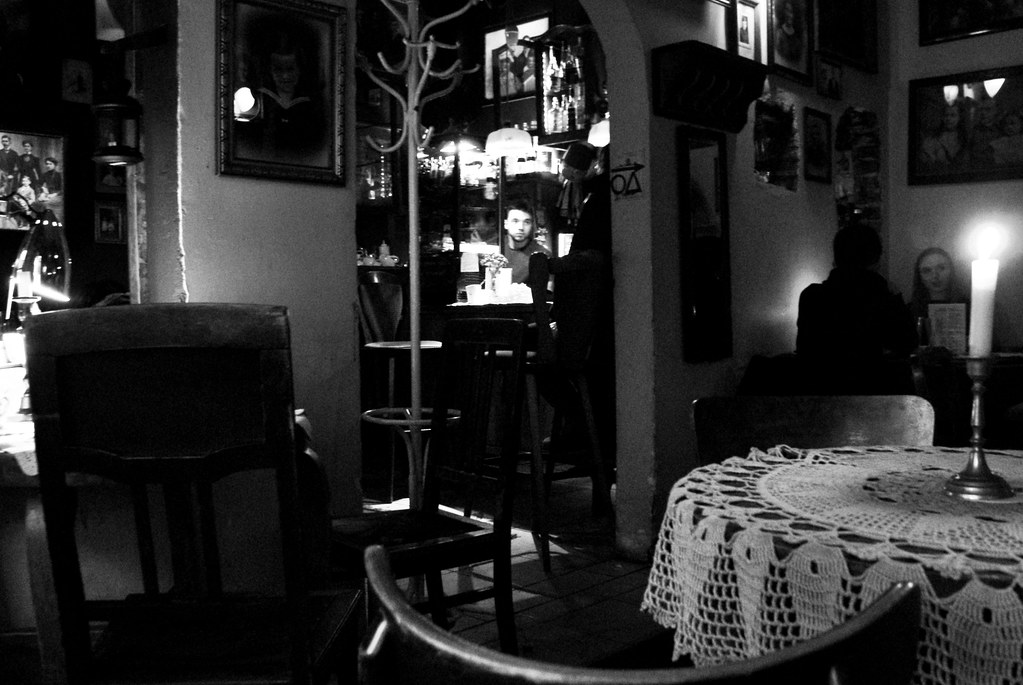 Ambiance bougie et dentelle dans le café Mleczarnia à Kazimierz, Cracovie.
