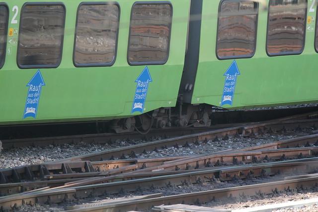 Entgleiste BLS Lötschbergbahn NINA RABe 525 015 - 4 mit Taufname GurtenBahn mit Werbung Gurten Bahn ( Hersteller Bombardier - Inbetriebnahme 2003 - Umbau vierteilig 2007 - Triebwagen Triebzug Zug ) am Bahnhof Bern im Kanton Bern der Schweiz