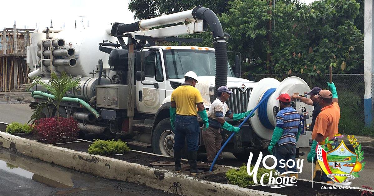 Alcaldía de Chone trabaja en descarga de aguas servidas