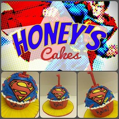 Baby Kalel's ultra cool superman smash cake! #superman #smashcake #honeyscakes