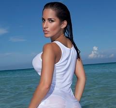 una mujer con bonitas curvas