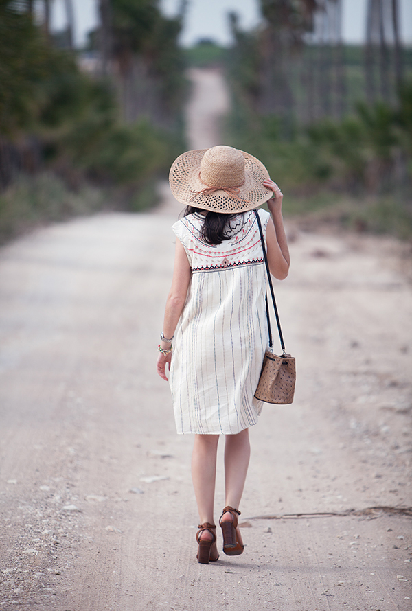 straw hat, embroidered dress, furla bucket bag, sandals, כובע קש, שמלה, אאוטפיט, סנדלים, תיק פןרלה