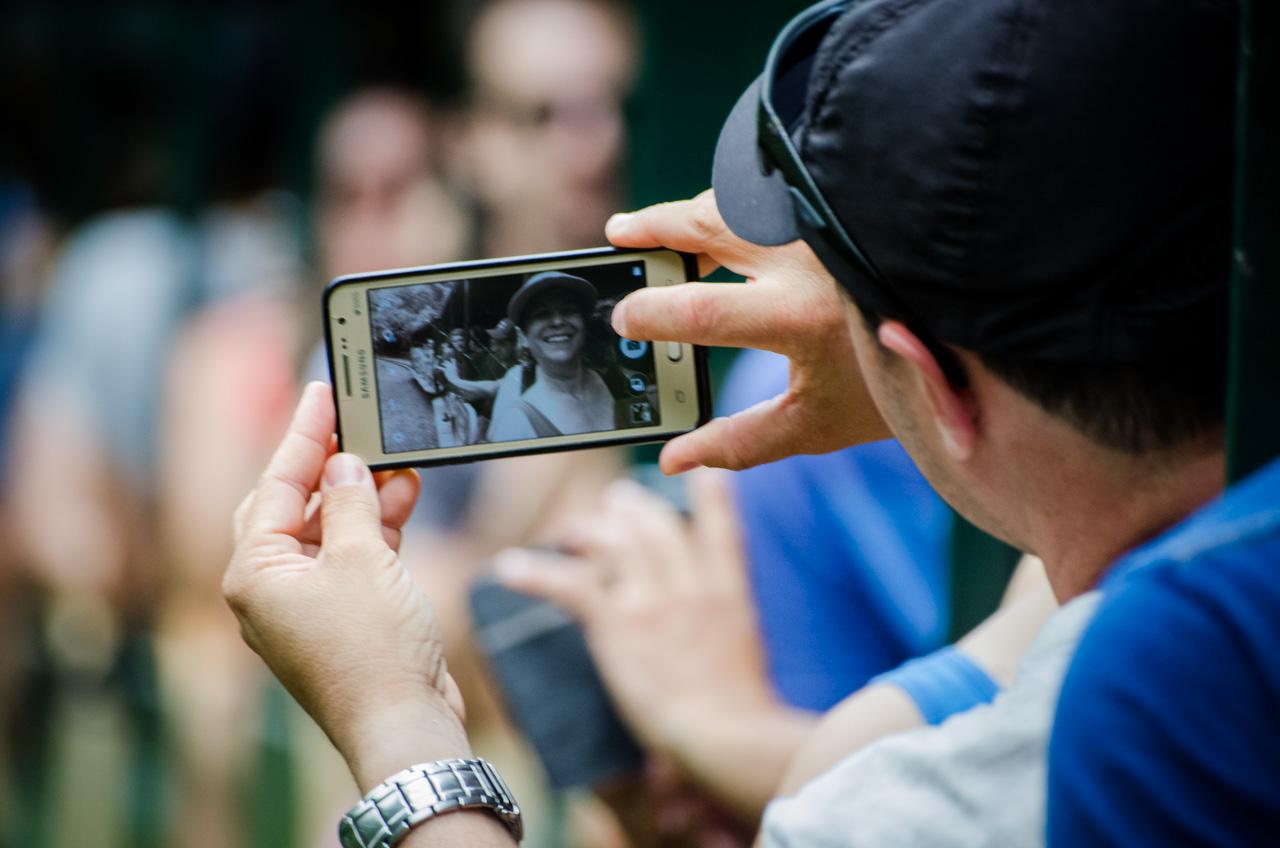 Pasajeros se toman fotografías mientras viajan en un pequeño tren de transporte colectivo que parte desde la Estación Central hasta el comienzo de los recorridos por el río Iguazú a las cataratas. (Elton Núñez).