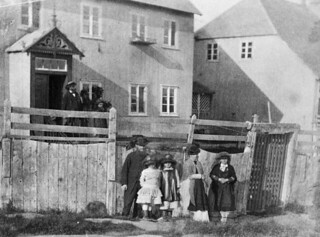 Moravian missionaries at Mission House, Hopedale, Labrador / Missionnaires moraves devant le bâtiment de la mission, Hopedale (Labrador)a139011