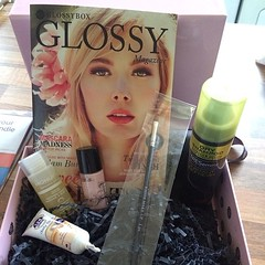 My first glossybox arrived! @glossyboxuk #glossybox #sunsense #monuspa #tresemme #makeup #mua #makeupbrush #highlighter #mememe #girls #pink #instadaily #instapic #love #presents  Glossy Box tests et avis sur la box