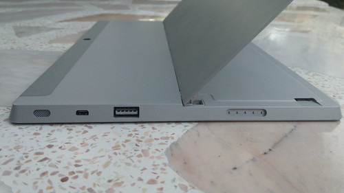 Microsoft Surface 2 ด้านขวา