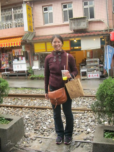 Mei by the track in Shifen