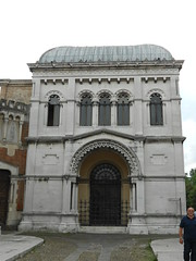 ancient history(0.0), synagogue(0.0), baptistery(0.0), roman temple(0.0), mausoleum(0.0), basilica(1.0), classical architecture(1.0), ancient roman architecture(1.0), arch(1.0), building(1.0), landmark(1.0), architecture(1.0), facade(1.0), byzantine architecture(1.0), column(1.0), triumphal arch(1.0),