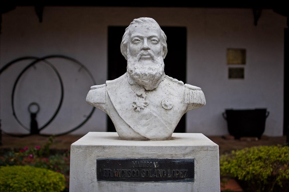 El busto del Mariscal Francisco Solano López se ubica frente al museo histórico de la ciudad de Paso de Patria, Ñeembucú, junto con otras figuras de la historia de la guerra. (Elton Núñez)