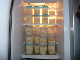 Pot de lait maternel dans contenants Avent Philips