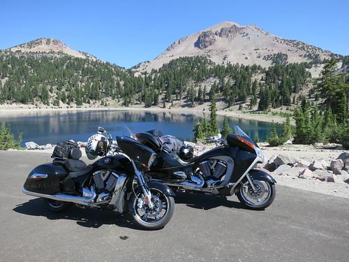 Deux motos de marque Victory près d'un lac